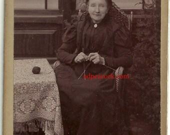 Id'd Victorian woman knit sew craft Netherlands vintage photo Van Dieren cabinet card