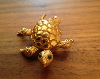 Turtle Brooch / Turtle Scarf Pin / Vintage Turtle / Gold Turtle / Emerald