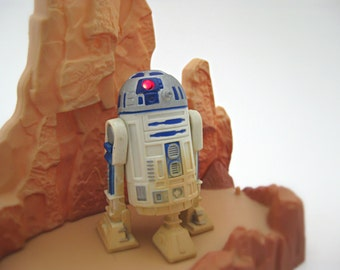 Vintage Star Wars Action Figure R2-D2 - Electronic & Magnetic with Lights and Sounds - 90s Kenner Star Wars Droid with Tatooine Toy Display