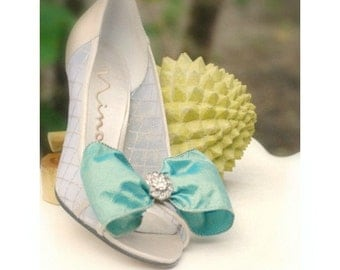 Shoe Clips Something Blue Iridescent Bow & Rhinestone. Whimsical Ivory / White Pearls - Royal Silk Wired Ribbon, Spring Wedding, Bleu Noeud
