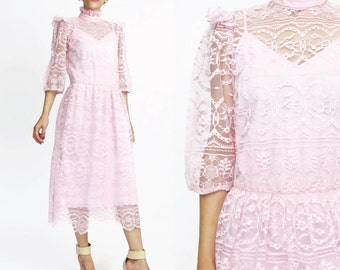 70s 80s Pink Lace Dress Sheer Lace Sleeves Dress High Neck Ruffle Collar Knee Length Dress Vintage Bridesmaid Dress Formal Party Dress (S/M)
