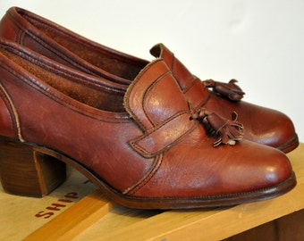 Brown leather vintage loafer shoes with heels and tassels