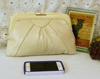 Vintage Cream Leather Clutch~Lucite Kisslock Closure~Pleated Leather Handbag