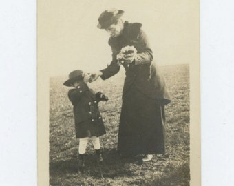 Vintage Snapshot Photo: Woman, Child, Flowers. Early 1900s (68489)