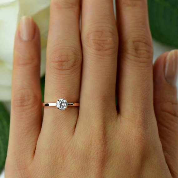 Round cut solitaire engagement rings gold