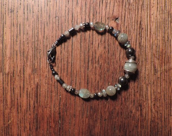 Bracelet in gemstones: labradorite and hematite.