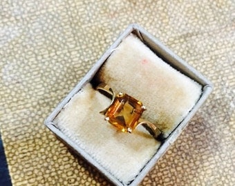 Vintage 18K Yellow Gold and Topaz Ring - Size 7.5