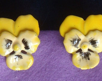 Vintage pansy stud earrings in yellow and white enamel. Charming flower earrings!!  'Flower power' 60s – cod. A138