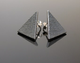 Triangular earrings in oxidized silver with shiny relief veins - Handcrafted -