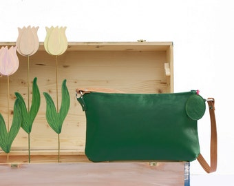 Green leather purse for women without age limits which, even if not fashion victims, love fashion and originality