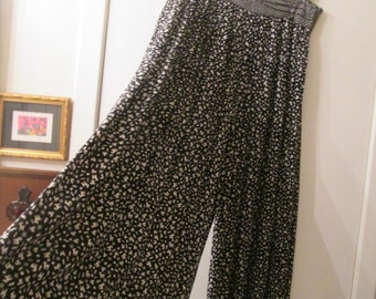 Vintage washable rayon black and white cullotte gaucho skirt. Made in USA for Componix. Size ML
