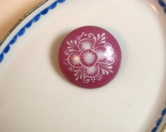 Vintage Austrian enamel domed round pin or brooch, dusty pink with handpainted white floral decor, traditional folk art, Trachtenschmuck