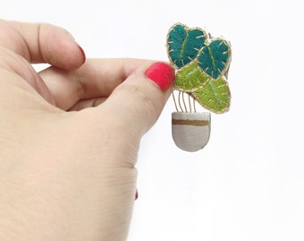 Little embroidered brooch with branch and leaf composition