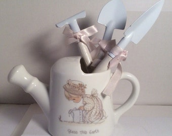 """1989 Precious Moments Watering Can """"Bless This Earth"""" Gardening Tools White Pink Excellent Condition Samuel Butcher Enesco 4"""" x 6"""" Flowers"""