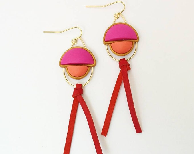 NAPPA DROP EARRINGS // Leather and polymer clay, geometric drop earrings//  Pink, coral and red ombrae earrings with wire detail// #DE2041A