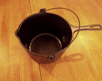 """Wagner Ware Sidney """"0"""" Cast Iron Cooker #1265 with fixed and bail handles. 3 Quart Capacity Vintage Cast Iron Cooker."""