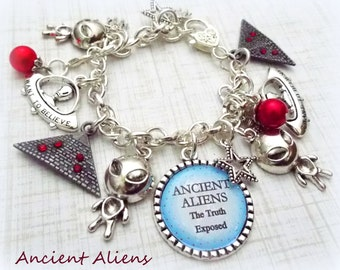 Alien Charm Bracelet, Alien Jewelry, Gift for UFO Believer, Nerd Gift, Gift for an Alien Fan, Science Fiction Jewelry, Nerd Jewelry
