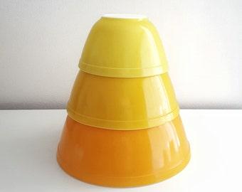 Pyrex Nesting Bowls - Daisy Set of 3 bowls in Orange/Yellow Citrus - Pyrex 401 402 403
