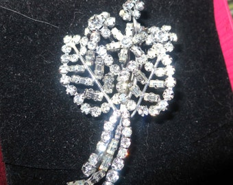 Lovely vintage 1950s silvertone rhinestone flower brooch