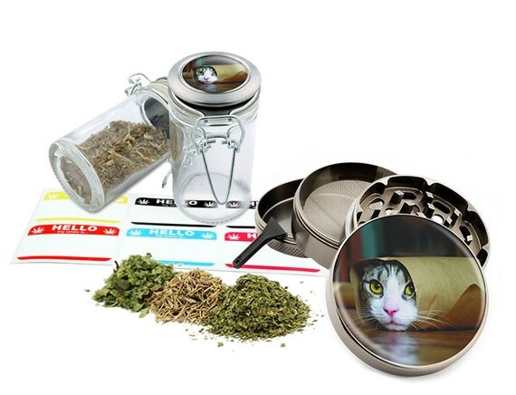 "Rolling Cat - 2.5"" Zinc Alloy Grinder & 75ml Locking Top Glass Jar Combo Gift Set Item # 50G102015-26"