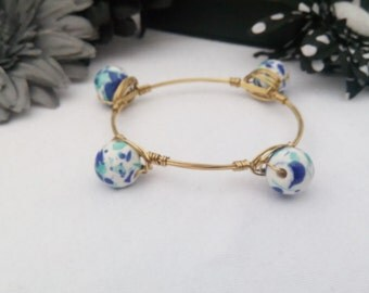 White and Blue Round Glass Bead Gold toned Wire Wrapped Bangle Bracelet