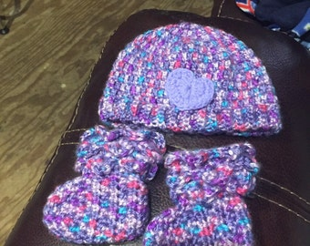 Crocodile Stitch Baby Booties and Hat
