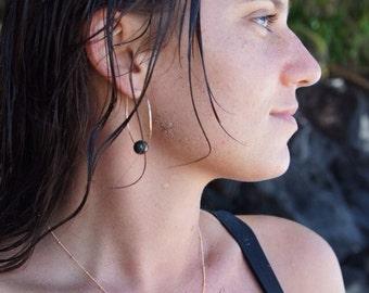 Gold hammered hoop earrings with Tahitian Pearls