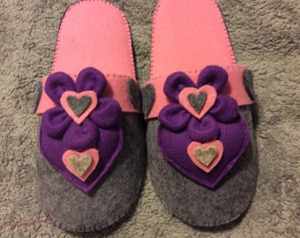 Felt slippers hearts