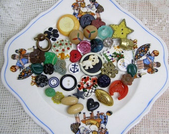 Lot 40 Cute Realistic-Novelty Buttons-Mixed Lot