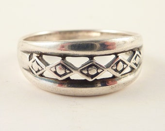 Size 8.5 Vintage Sterling Openwork Diamond Pattern Band Ring