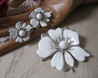 Vintage white pin earrings summer jewelry, Sarah Coventry white silvertone big flower brooch clip earrings set, dimensional white flower set