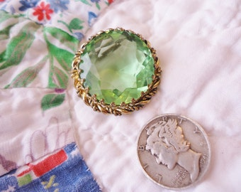 Vintage Retro Gilt Etruscan Design Pin with Spring Green Faceted Glass Center Western Germany