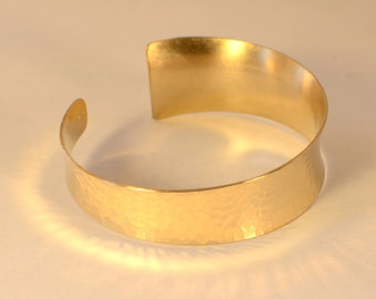Hammered 14K Solid Gold Anticlastic Cuff Bracelet with Asymetrical Curve - Artisian Handmade Gold Bracelet BRAU001