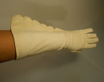 A Villa By the Lake - Vintage 1950s Lilly Dache Ivory Mid Arm Scalloped Gloves - 7