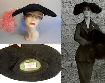 Paris Collections - Vintage 1950s Schiaparelli Black Fur Felt Oval Platter Wide Brim Hat w/Lg Pink Plume - Museum Quality