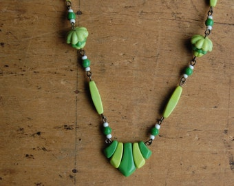 Vintage 1930s lime green glass bead necklace