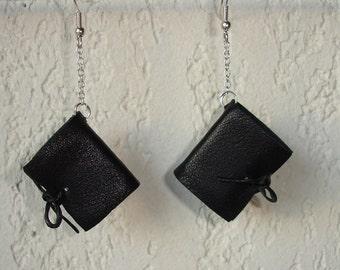 Boucles d'oreilles livres miniatures en cuir noir souple