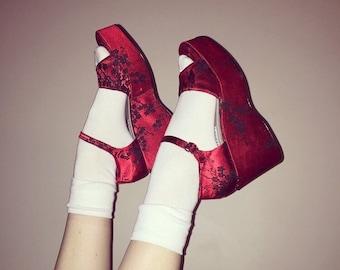 Vtg 90s red satin brocade platform wedge sandals size 9