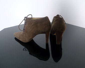vintage warm grey suede high heeled oxfords with sculpted heels and pointed toes . 1990's . size 6 US 3.5 UK 36 EUR