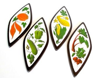 Vintage Chalkware Kitchen Wall Plaques, 1960s Kitchen Decor, Kitchen Wall Art, Multicolored Garden Vegetables, Wall Plaques Set by Richter.