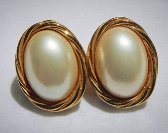 Marvella Vintage Pierced Earrings Golden Oval Rope Surrounding Glass Oval Pearl