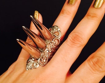 Triple spike shield Ring made with a Vintage Style Filigree,made in silver color metal, decorated W/ spikes in top.