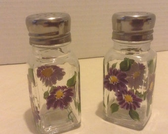 Salt & Pepper shakers, daisies, hand painted, Purple with green leaves