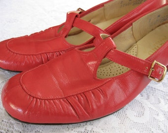 vintage. SHOES. mary janes. RED. small heel. MOD. Size 7. 1960s.
