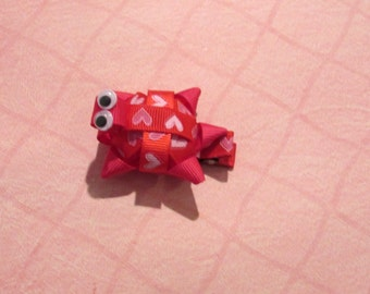 Turtle alligator clip ribbon sculpture in red and pink