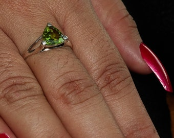 Simple Gemstone Ring with a green trillion cut Peridot Sterling Silver 925 size 9 (GR422)