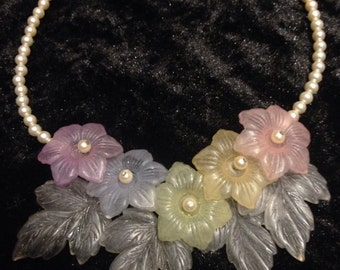 Beautiful vintage 1960s plastic floral and faux pearl necklace