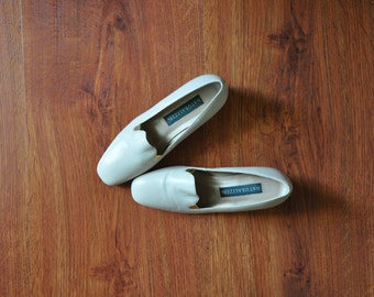80s cream leather pumps / low heel smoking slippers / vintage block heel pumps 6