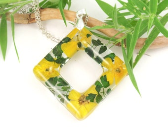 Resin Jewelry - Real Flower Resin jewelry,  Pressed flower Necklace, Nature charm, Botanical Pendant, Nature jewelry, Buttercup and fern