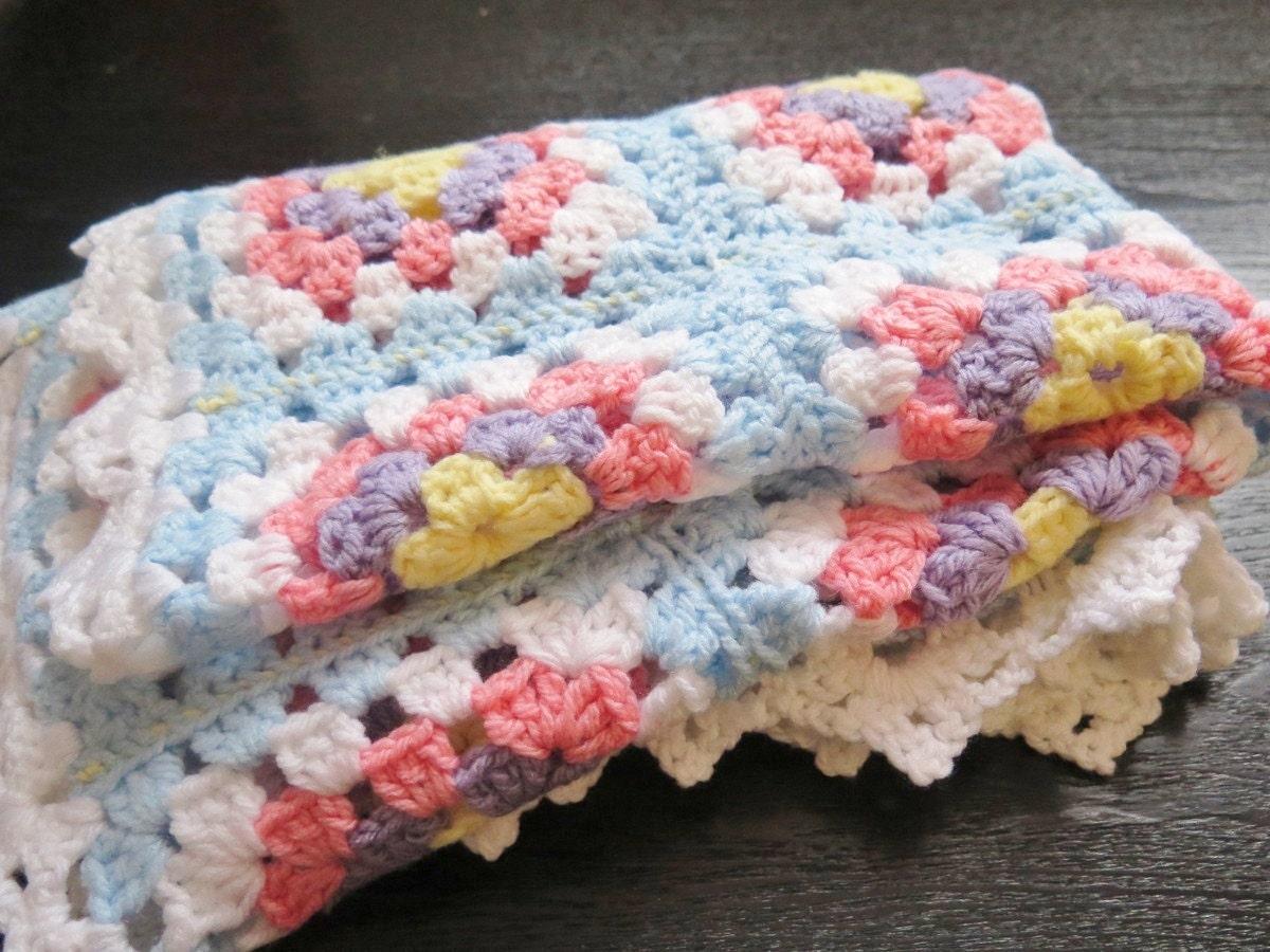 Carr de grand m re de couverture de b b au crochet b b - Carre crochet pour couverture bebe ...